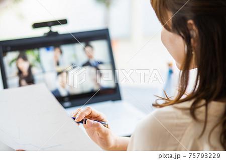 自宅のノートパソコンでリモート会議に参加する女性 75793229