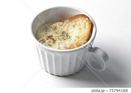 カップで食べる熱々オニオングラタンスープを白背景で撮影 75794168