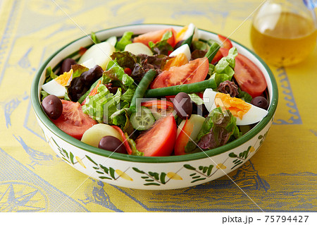彩りの良い食材が使われたニース風サラダ 75794427