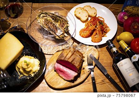 ローストビーフを囲んだ料理とワイン 75798067