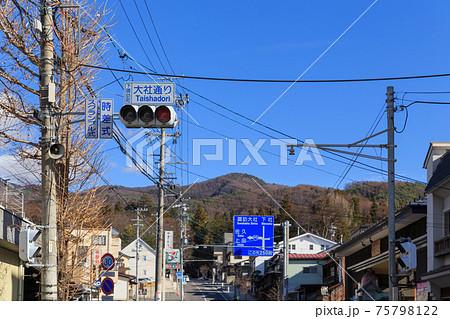長野_諏訪大社下社秋宮前の大通り 75798122
