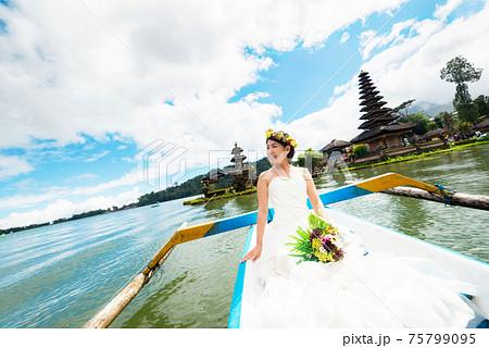 ウェディングドレスでボートに乗る女性 75799095