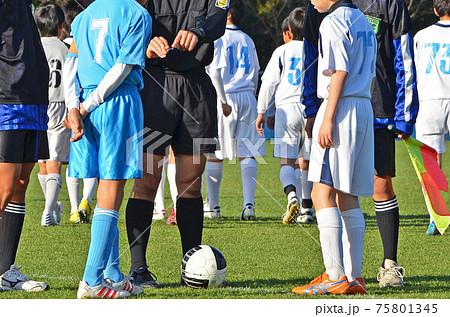 少年サッカーの試合(試合開始前のコイントス)〈30〉 75801345