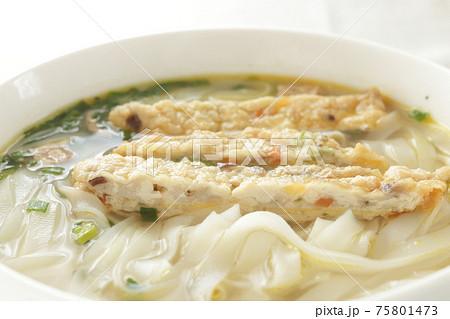 アジアン料理のフィッシュケーキフォー 75801473