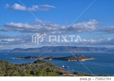 鷲羽山から見た釜島と備讃瀬戸と五色台 岡山県倉敷市 75802764