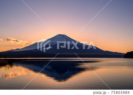 夕暮れのマジックアワーと逆さ富士(山中湖) 75803989