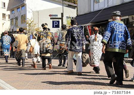 アイヌの民族衣装、毬藻祭りの日に美しいアイヌの手作りの着物を着て歩く人々 75807584