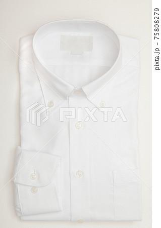 畳まれた白いボタンダウンの長袖ワイシャツ 75808279