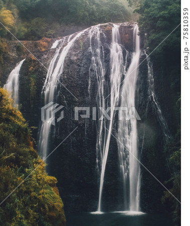 荒々しく力強いゲームの中のような鹿児島の龍門の滝 75810359