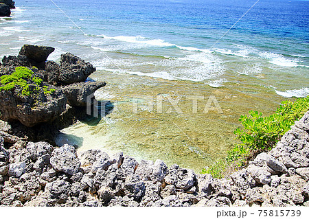 石垣から見下ろす沖縄の海(具志川城跡より) 75815739
