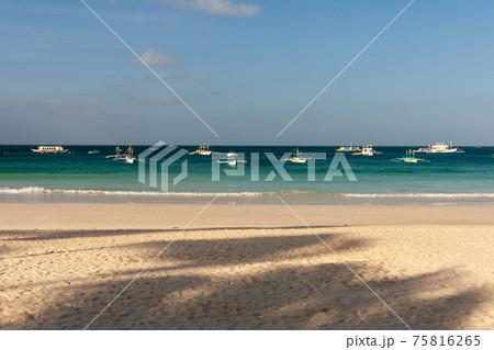 フィリピン、ボラカイ島の浜辺風景 75816265