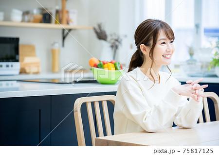 ダイニングテーブルでくつろぐ女性 75817125