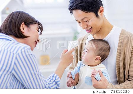 赤ちゃんの体温を測る母親 75819280
