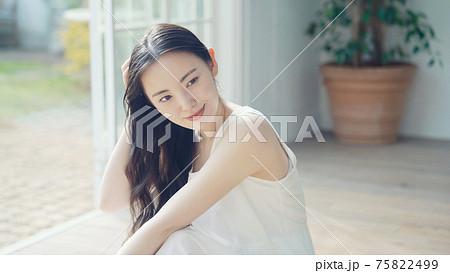 女性の美容イメージ スキンケア ヘアケア 75822499