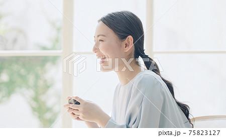ゲームをする女性 ゲーマー 75823127