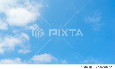 澄んだ爽やかな青空と美しい白い雲が左にある空背景 [沖縄] 75828672
