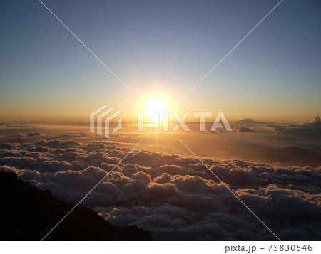 富士山の山頂から見るご来光と雲海 75830546