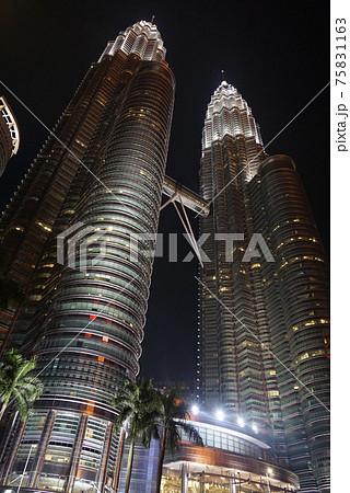 マレーシア クアラルンプールの高層ビル ペトロナスツインタワーの夜景 75831163