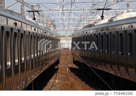 幕張本郷駅で離合する総武緩行線E231系500番台の側面 75846208