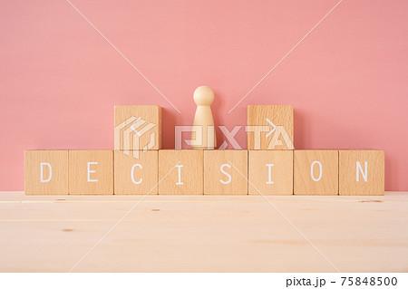 人生の選択|「DECISION」と書かれた積み木ブロックと人型の人形 75848500