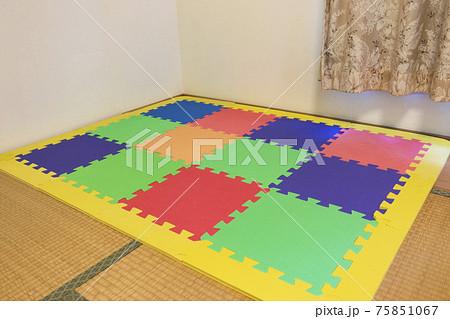 畳敷きの和室に敷かれたカラフルなマット 75851067