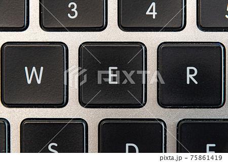 ノートパソコンのキーボードクローズアップ W/E/R 75861419