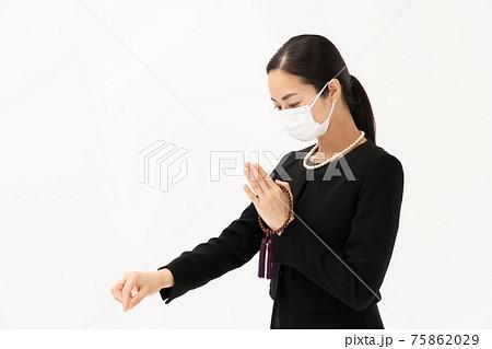 お焼香 喪服の女性 マスク 75862029