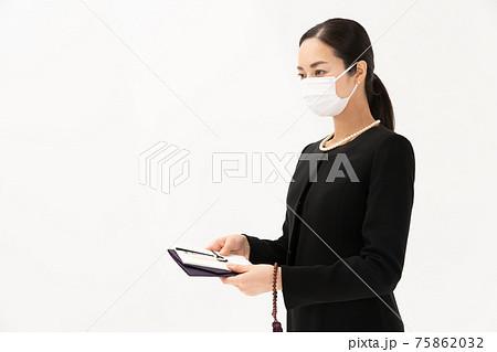 香典袋 喪服の女性 マスク 75862032