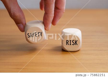 安全のサイコロを持ち上げる手 安全とリスク 75862251