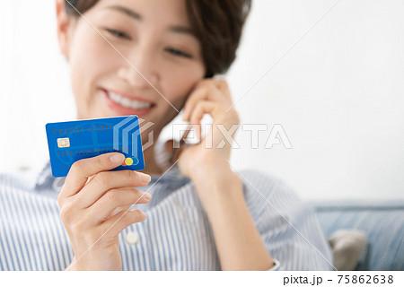 スマホ スマートフォン クレジットカード 女性 75862638