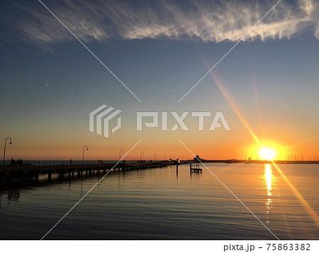 オーストラリア、メルボルンの桟橋プリンセス・ピアと海に沈む夕日 75863382