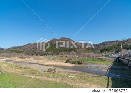 唐沢橋から見た秋山川と諏訪岳(唐沢山ハイキングコース) 75868775