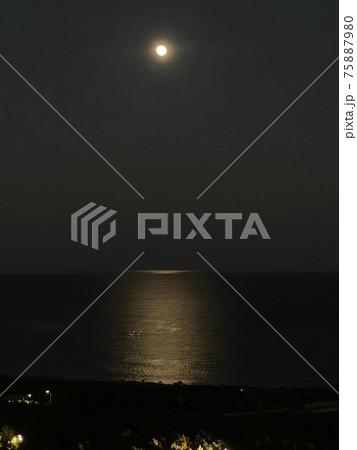 海にかかる光の道 ムーンライトロード 75887980