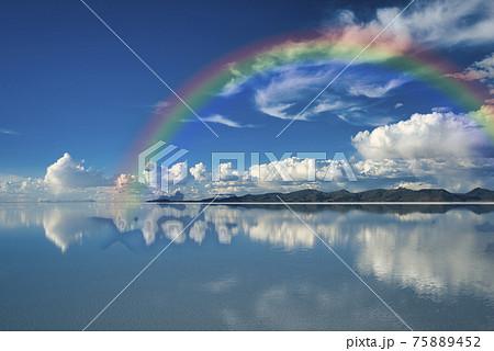 ウユニ塩湖にかかる虹 75889452