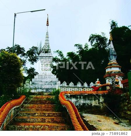 ラオスのフエイサイのの寺院の仏塔 75891862