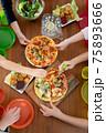 カラフルなキッズプレートでわくわくピザパーティー②手がいっぱい 75893666