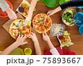 カラフルなキッズプレートでわくわくピザパーティー③横構図 75893667