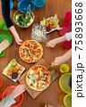 カラフルなキッズプレートでわくわくピザパーティー④取り分ける前 75893668