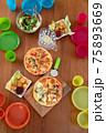 カラフルなキッズプレートでわくわくピザパーティー⑤準備OK 75893669