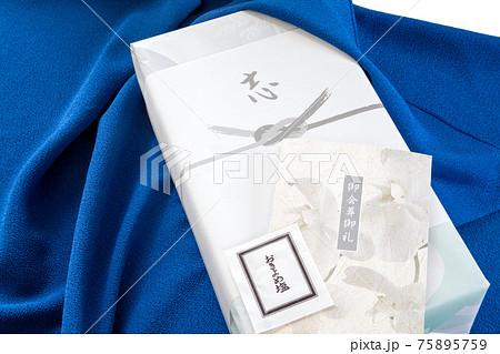風呂敷に包んだ葬儀の会葬お礼の品、御礼状とお清め塩 75895759