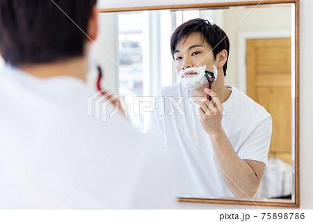 髭を剃る男性イメージ 75898786