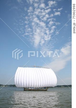青空のひつじ雲と湖に浮かぶ帆引き船 75902998