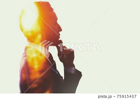 考えるビジネスマンの抽象イメージ 75915437