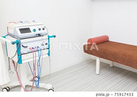 整骨院 治療ベッドと高周波治療器 75917433