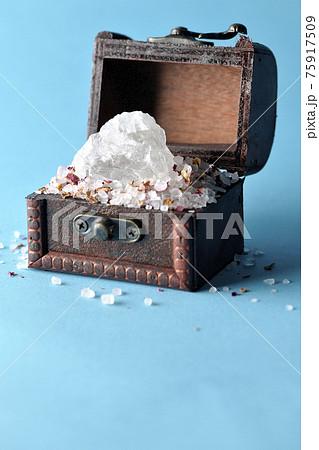 宝箱に入ったバスソルトと岩塩の塊 75917509