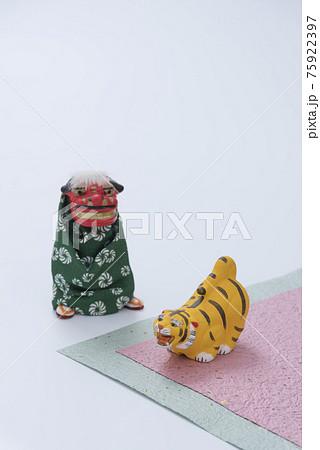 寅の人形と獅子舞の人形 75922397
