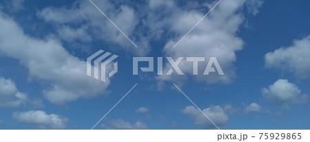 綺麗な青い空に浮かぶふわふわふわの白い雲 75929865