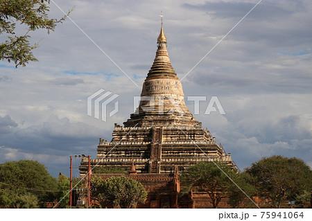 ミャンマー・バガンの仏塔 75941064