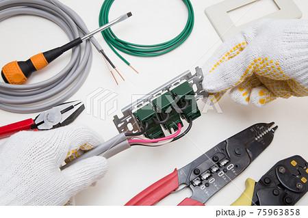 電気工事 スイッチ コンセントの電気工事用工具と材料 75963858