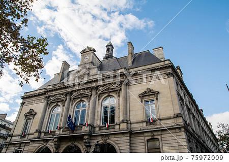 パリの街並み 石造りの時計台の付いた大きな建物 75972009